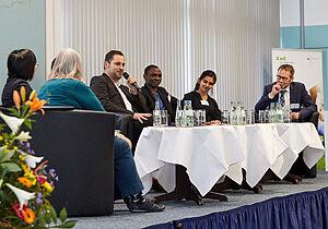 Diskussionsteilnehmer an Tisch