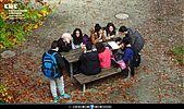 Schülergruppe auf herbstlichem Schulhof