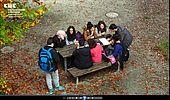 Schülergruppe im Schulhof