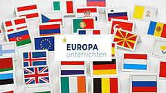 Flaggen europäischer Mitgliedsstaaten, darauf der Schriftzug Europa unterrichten