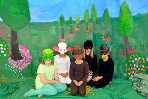 Kinder mit Masken auf Bühne