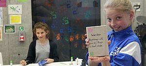 Schüler mit selbst gestalteten Büchern