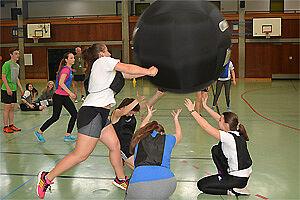 Vier Spielerinnen mit Ball