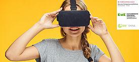 Junge Frau trägt Brille für Virtual Reality auf der Nase