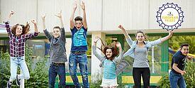 Sechs Jugendliche springen vor Freude hoch