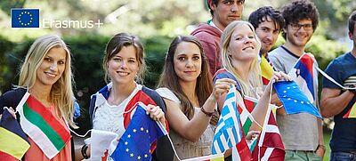 Junge Menschen mit Fahnenkette