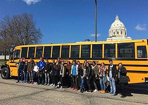 Gruppe vor Bus