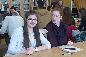 Schülerinnen sehen in die Kamera