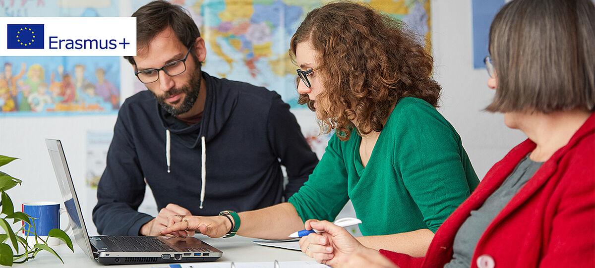 Lehrkräfte nehmen an Erasmus+ Infoveranstaltung online teil (Symbolbild).