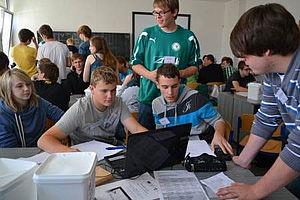 Junge Erwachsene arbeiten am Computer