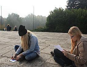 Zwei Mädchen machen sich Notizen