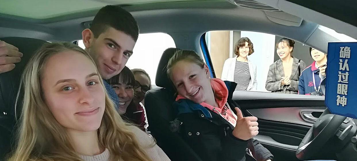 Jugendliche in einem Auto sitzend