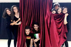 Jugendliche hinter einem Vorhang