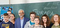 Lehrer und Schülerinnen und Schüler vor Tafel mit Aufschrift Europa