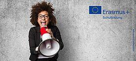 Frau mit Megaphon vor grauer Wand mit Erasmus+ Logo