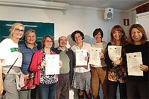 Gruppenbild Lehrkräfte mit Zertifikaten in der Hand