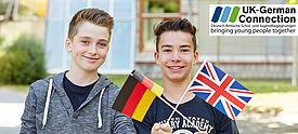 Zwei Jungen halten Fahnen von Grußbritannien und Deutschland