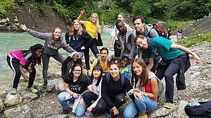 Jugendliche am Ufer eines Wildbachs