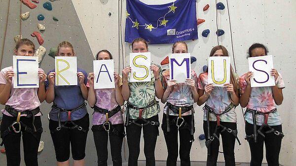Gruppe vor Kletterwand mit den Buchstaben E-R-A-S-M-U-S