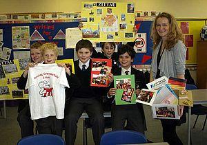 Kinder zeigen Geschenke