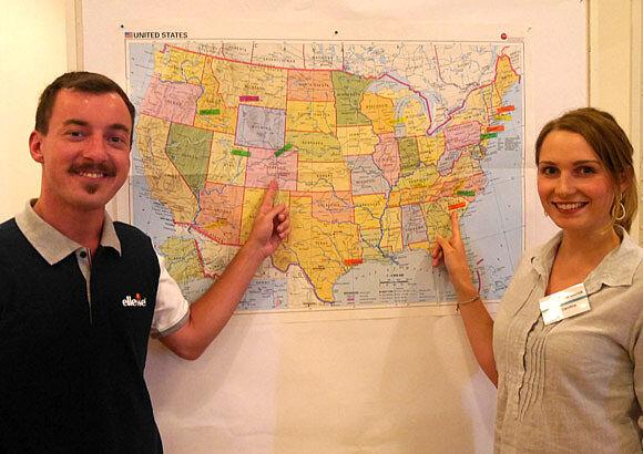 Ein Mann und eine Frau zeigen auf eine Landkarte der USA