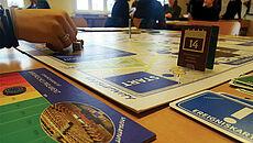 Ein Brettspiel mit Uhr und einer Hand