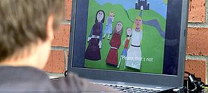 Kind vor Computerbildschirm
