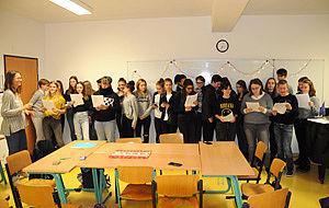 Jugendliche in einem Klassenraum