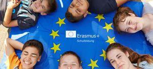 Kinder liegen auf einer Europafahne