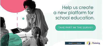 Lehrerin zeigt europäische Schulplattform auf Tablet ihrer Schulklasse