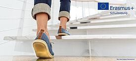Person steigt Treppe nach oben