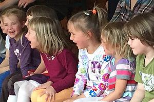 Kinder schauen einem Theaterstück zu
