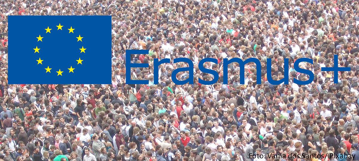 Erasmus+ Logo vor Menschenmenge