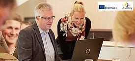 eTwinning-Moderatorin erklärt am Notebook einem Fortbildungsteilnehmer die Lernplattform