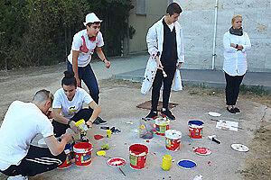 Schüler mit Farbeimern auf Schulhof