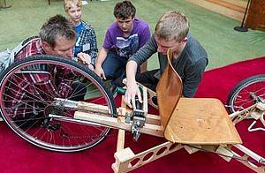 Schüler stellen ein selbstständig entwickeltes Fahrzeug vor