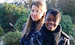 Zwei Schülerinnen blicken in die Kamera