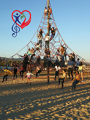 Jugendliche auf einem Klettergerüst