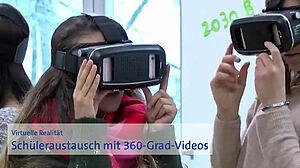 Schülerinnen mit 360-Grad-Kameras