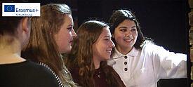 Vier junge Frauen betrachten ein Ausstellungsobjekt