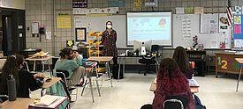 Studentin unterrichtet Deutsch in US-amerikanischem Klassenzimmer