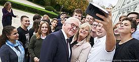 Bundespräsident Steinmeier mit jungen Erwachsenen.
