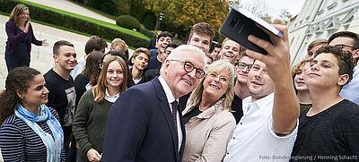 Bundespräsident Frank-Walter Steinmeier mit jungen Johannes-Rau-Stipendiaten aus Israel