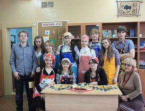 Kochgruppe bestehend aus 11 Schülern und Schülerinnen.
