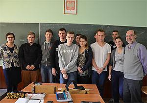 Schüler und Lehrer vor Schultafel