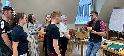 Foto von einer Seminarsitation mit jungen Studierenden