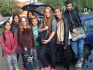 Kindergruppe vor Auto