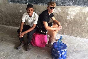 Zwei Jungen sitzen auf dem Flaschenhocker