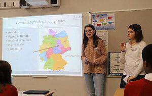 Schülerinnen vor Deutschlandkarte