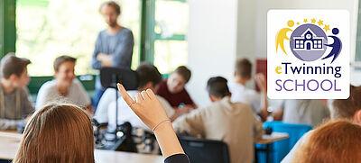 """Logo """"eTwinning-Schule"""" in einem Foto """"Schüler/innen in einem Klassenraum"""""""
